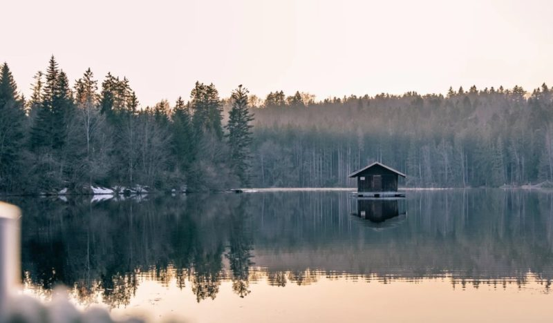 湖畔に建つ小さい家